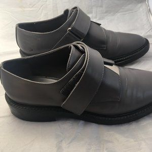 VINCE LEATHER GREY LOAFERS W/ METAL DETAIL SIZE 8
